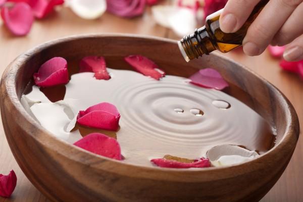 Bagno Rilassante Con Oli Essenziali : Bagno con erbe fiori ed oli essenziali inherba il mondo delle
